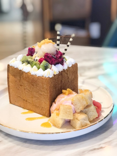Teamania Bakery's Tropical Toast Box which includes tropical fruit, ice cream, and cake.